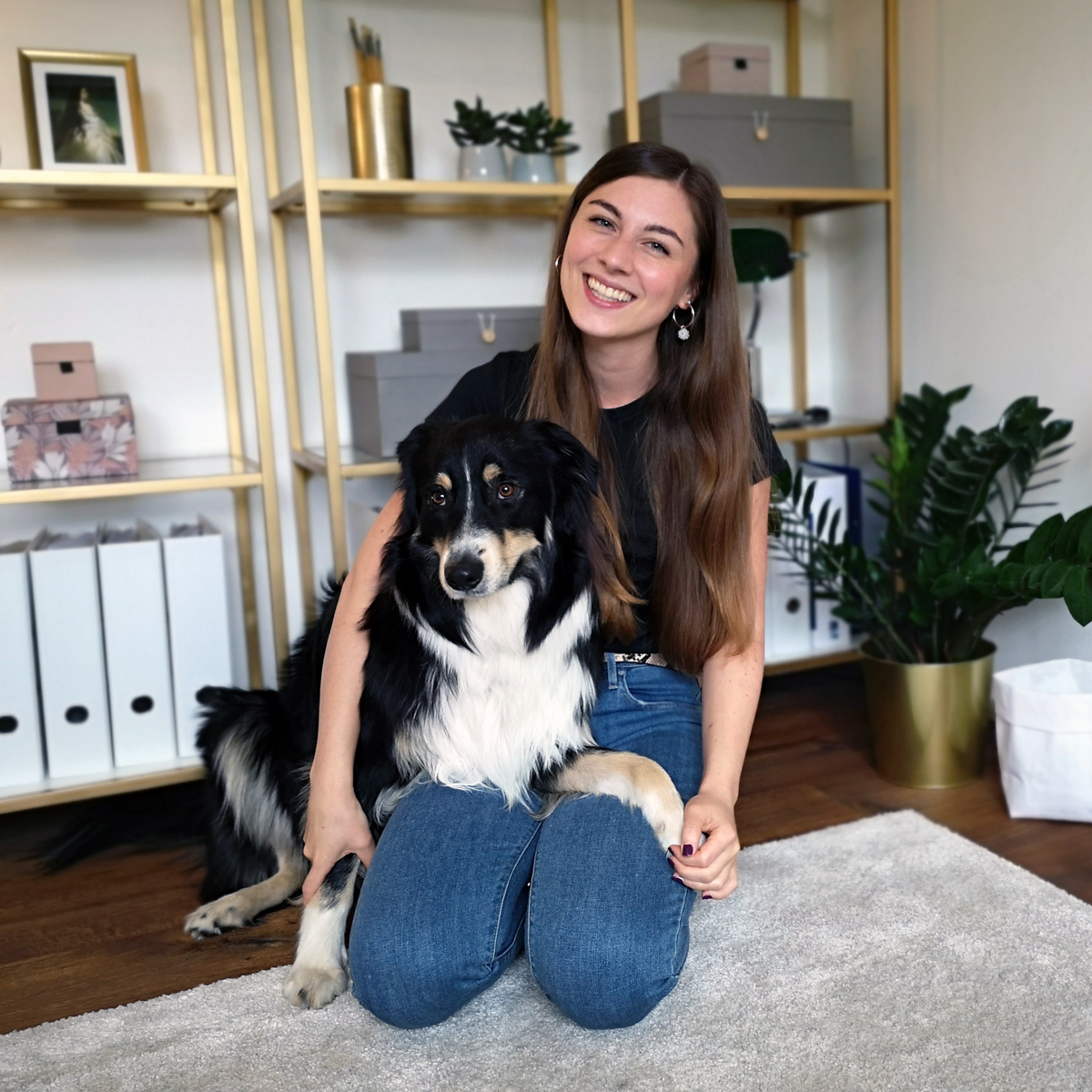 Digitales Coworking by Lisa Drebber, Gründerin Lisa Drebber mit Hund im Home Office